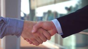 Κλείστε επάνω δύο επιτυχών επιχειρηματιών που χαιρετούν ο ένας τον άλλον στο αστικό περιβάλλον Νέοι συνάδελφοι που συναντιούνται  απόθεμα βίντεο