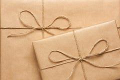 Κλείστε επάνω δύο κιβωτίων δώρων που τυλίγονται στο ανακυκλωμένο έγγραφο στοκ φωτογραφίες