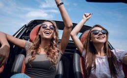 κλείστε επάνω δύο φίλες που κάθονται στη πίσω θέση ενός convertib στοκ φωτογραφίες με δικαίωμα ελεύθερης χρήσης