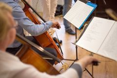 κλείστε επάνω ενός άνδρα και μιας γυναίκας που παίζουν το βιολοντσέλο, μια πραγματική συναυλία στοκ εικόνα με δικαίωμα ελεύθερης χρήσης