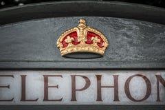 Κλείστε επάνω ενός βασιλικού συμβόλου κορωνών σε έναν αγγλικό γκρίζο τηλεφωνικό θάλαμο στο λουτρό UK στοκ εικόνα με δικαίωμα ελεύθερης χρήσης