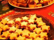 Κλείστε επάνω ενός δίσκου διαμορφωμένων των αστέρι βουτύρου μπισκότων που εξυπηρετούνται σε έναν πίνακα στοκ εικόνα