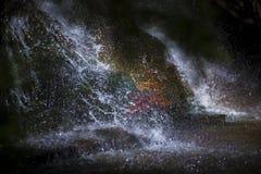 Κλείστε επάνω ενός δραματικού καταρράκτη που παρουσιάζει πτώσεις νερού στοκ εικόνες με δικαίωμα ελεύθερης χρήσης
