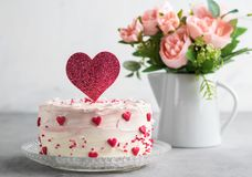 Κλείστε επάνω ενός κέικ που διακοσμείται με τις μικρές καρδιές με το άριστο κέικ καρδιών, σε ένα γκρίζο κλίμα αγάπη έννοιας ρομαν στοκ φωτογραφία με δικαίωμα ελεύθερης χρήσης