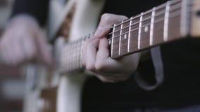 Κλείστε επάνω ενός κιθαρίστα που παίζει μια ηλεκτρική κιθάρα απόθεμα βίντεο