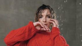 Κλείστε επάνω ενός κοριτσιού που εξετάζει τη κάμερα που έχει μια υγρή τρίχα από τη βροχή νερού Ο υγρός σύγχρονος χορός χορού κορι απόθεμα βίντεο