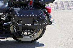 Κλείστε επάνω ενός μαύρου δέρματος που δένεται και που στερεώνεται μοτοσικλέτα pann στοκ εικόνες