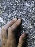 Κλείστε επάνω ενός ορειβάτη που ο βράχος με όλα τα hes που αποκτώνται στοκ φωτογραφίες