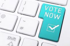 Κλείστε επάνω ενός πληκτρολογίου με την μπλε ψηφοφορία κουμπιών τώρα και το ελεγχμένο εικονίδιο τετραγωνιδίου Στοκ Εικόνες