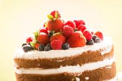 Κλείστε επάνω ενός σπιτικού γαμήλιου κέικ που ολοκληρώνεται με τα σμέουρα, στρεπτόκοκκος στοκ φωτογραφία με δικαίωμα ελεύθερης χρήσης