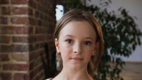 Κλείστε επάνω ενός χαριτωμένου προσώπου κοριτσιών εφήβων μπλε θηλυκό καλυμμένο πορτρέτο θέμα ματιών Χριστουγέννων brunette Πρόσωπ φιλμ μικρού μήκους