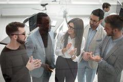 κλείστε επάνω η επιχειρησιακή ομάδα επιδοκιμάζει τον ομιλητή στην επιχειρησιακή διάσκεψη στοκ εικόνες