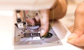 Κλείστε επάνω - θηλυκός ράφτης που εργάζεται με τη ράβοντας μηχανή Profestion στοκ φωτογραφίες
