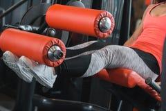 Κλείστε επάνω καθισμένη μπούκλα ποδιών άποψης τη γυμναστική Στοκ Εικόνες