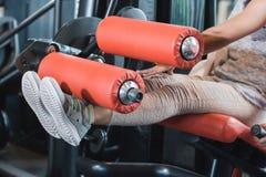 Κλείστε επάνω καθισμένη μπούκλα ποδιών άποψης τη γυμναστική Στοκ Εικόνα