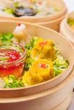 Κλείστε επάνω λίγα ανάμεικτα αμυδρά σύνολα ποσού με τις σάλτσες στο ατμόπλοιο μπαμπού στο άσπρο υπόβαθρο που απομονώνεται Κινεζικ Στοκ φωτογραφία με δικαίωμα ελεύθερης χρήσης