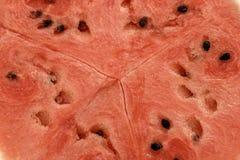 Κλείστε επάνω μέσα του καρπουζιού, η κόκκινη επιφάνεια με τους μαύρους σπόρους έχει το διάστημα αντιγράφων στοκ εικόνες