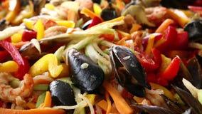 Κλείστε επάνω μαγειρεύοντας stew θαλασσινών saute στο τηγάνισμα του τηγανιού απόθεμα βίντεο