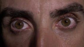 Κλείστε επάνω με τα μάτια του τοποθετημένου στη σειρά ατόμου που ανοίγει - απόθεμα βίντεο