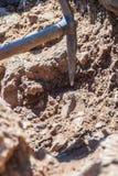 Κλείστε επάνω μιας αξίνας σε μια συνεχιμένος αρχαιολογική ανασκαφή στο κάστρο Antikythera στην Ελλάδα στοκ φωτογραφίες με δικαίωμα ελεύθερης χρήσης