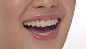Κλείστε επάνω μιας γυναίκας που χαμογελά σε ένα άσπρο κλίμα απόθεμα βίντεο