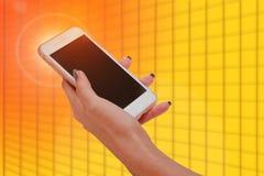 Κλείστε επάνω μιας γυναίκας χρησιμοποιώντας το κινητό έξυπνο τηλέφωνο Στοκ Φωτογραφία