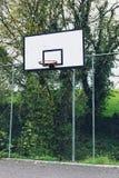 Κλείστε επάνω μιας εγκαταλειμμένης στεφάνης καλαθοσφαίρισης χωρίς το καθαρό και οξυδωμένο πλαίσιο στοκ εικόνα με δικαίωμα ελεύθερης χρήσης