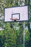 Κλείστε επάνω μιας εγκαταλειμμένης στεφάνης καλαθοσφαίρισης χωρίς το καθαρό και οξυδωμένο πλαίσιο στοκ εικόνες