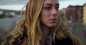 Κλείστε επάνω μιας νέας επιχειρησιακής γυναίκας σε μια γέφυρα στη Στοκχόλμη απόθεμα βίντεο