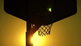 Κλείστε επάνω μιας στεφάνης καλαθοσφαίρισης σε υπαίθριο απόθεμα βίντεο