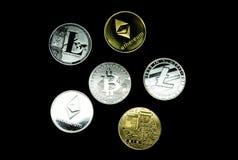 Κλείστε επάνω μιας συλλογής των ασημένιων και χρυσών crypto νομισμάτων στοκ φωτογραφία με δικαίωμα ελεύθερης χρήσης
