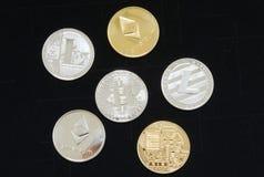 Κλείστε επάνω μιας συλλογής των ασημένιων και χρυσών crypto νομισμάτων στοκ φωτογραφίες