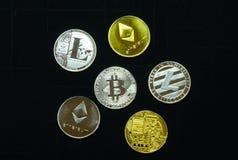 Κλείστε επάνω μιας συλλογής των ασημένιων και χρυσών crypto νομισμάτων στοκ εικόνα