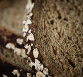 Κλείστε επάνω μιας φέτας του καφετιού ψωμιού στοκ φωτογραφία