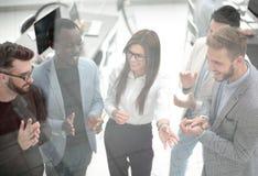 κλείστε επάνω μια ομάδα επιτυχών νέων επιχειρηματιών επιδοκιμάζει στοκ φωτογραφία