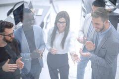 κλείστε επάνω μια ομάδα επιτυχών νέων επιχειρηματιών επιδοκιμάζει στοκ εικόνα