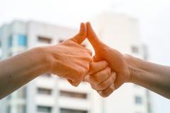 Κλείστε επάνω να αγγίξει δάχτυλων αντίχειρων από 2 άτομα Στοκ Εικόνα