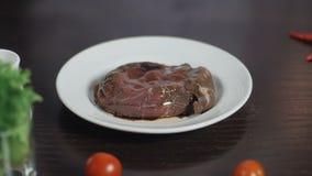 Κλείστε επάνω να μαριναρίσει το κρέας Η σάλτσα σόγιας, το χύνει στο πιάτο με το κρέας απόθεμα βίντεο