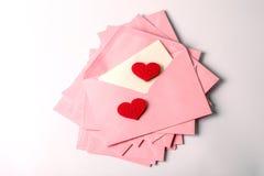 κλείστε επάνω να συσσωρεύσει των ρόδινου φακέλων και του εγγράφου επιστολών ταχυδρομείου και του θορίου Στοκ Εικόνες