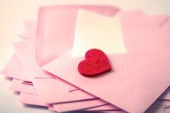 κλείστε επάνω να συσσωρεύσει των ρόδινου φακέλων και του εγγράφου επιστολών ταχυδρομείου και του θορίου Στοκ φωτογραφίες με δικαίωμα ελεύθερης χρήσης