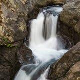 Κλείστε επάνω νερό καταρρακτών βουνών το ορμώντας γρήγορα Στοκ φωτογραφία με δικαίωμα ελεύθερης χρήσης