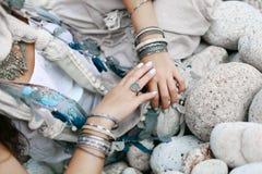 Κλείστε επάνω ορισμένων των boho χεριών γυναικών με το ασημένιο κόσμημα Στοκ Φωτογραφίες