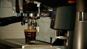 Κλείστε επάνω προετοιμάζει το διπλό πυροβολισμό του καφέ espresso Στοκ φωτογραφία με δικαίωμα ελεύθερης χρήσης