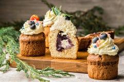 κλείστε επάνω Πρόσφατα ψημένο βακκίνιο-lavender fruitcake στην περικοπή Κορυφή που διακοσμείται με ένα καπέλο κρέμας με τα μούρα  στοκ φωτογραφίες με δικαίωμα ελεύθερης χρήσης