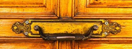 Κλείστε επάνω σε μια λαβή πορτών με τα διακοσμητικά στοιχεία, πόρτα decorat Στοκ Φωτογραφία