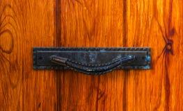 Κλείστε επάνω σε μια λαβή πορτών με τα διακοσμητικά στοιχεία, πόρτα decorat Στοκ φωτογραφία με δικαίωμα ελεύθερης χρήσης