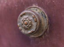 Κλείστε επάνω σε μια στρογγυλή λαβή πορτών με τα διακοσμητικά στοιχεία, πόρτα δ Στοκ Εικόνα