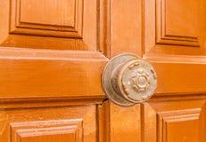 Κλείστε επάνω σε μια στρογγυλή λαβή πορτών με τα διακοσμητικά στοιχεία, πόρτα δ Στοκ εικόνες με δικαίωμα ελεύθερης χρήσης
