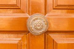 Κλείστε επάνω σε μια στρογγυλή λαβή πορτών με τα διακοσμητικά στοιχεία, πόρτα δ Στοκ Εικόνες
