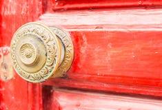 Κλείστε επάνω σε μια στρογγυλή λαβή πορτών με τα διακοσμητικά στοιχεία, πόρτα δ Στοκ εικόνα με δικαίωμα ελεύθερης χρήσης